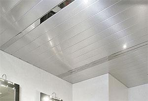 Lamellen plafond, lineaire stroken voor in een badkamer